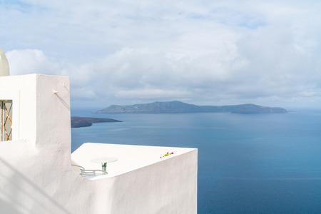 Blick auf die Vulkan-Caldera und die Ägäis in Fira, Santorini-Landschaft, Griechenland