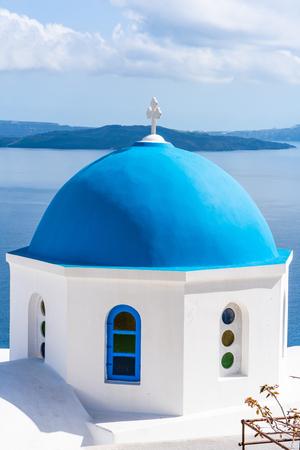 Blaue Kuppel einer traditionellen weiß getünchten Kirche in Oia, Santorini, Griechenland