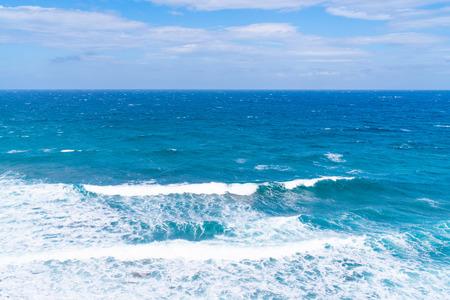 Vew del Mar Egeo con onde che si infrangono sulla riva, paesaggio di Santorini, Grecia