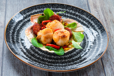 Spiced scallops with chorizo and chili in shell Banque d'images