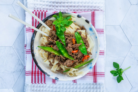 Chinese five-spice beef and sugar snap noodles - top view Reklamní fotografie