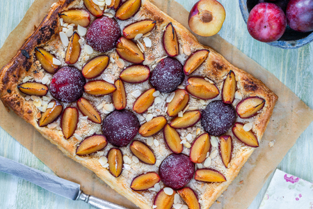 Plum and almond pastry dusted with icing sugar - top view Reklamní fotografie