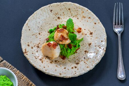 Scallops with minted peas and crispy pancetta - overhead view Stockfoto