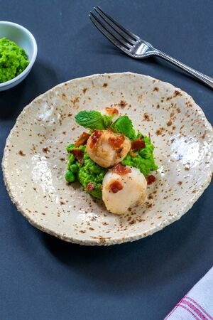 Scallops with minted peas and crispy pancetta - high angle view Stockfoto