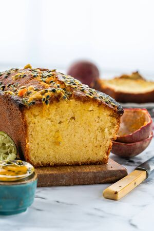 Lime and passion fruit drizzle cake on wooden board Фото со стока - 134262696