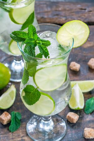 Refreshing mojito cocktail with mint and lime 写真素材 - 136792722