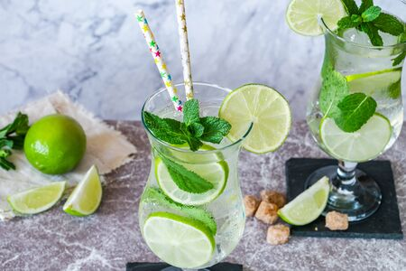 Refreshing mojito cocktail with mint and lime 写真素材 - 136550420