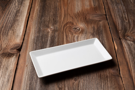나무 테이블에 하얀 접시 스톡 콘텐츠