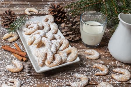 나무 테이블에 Vanille 쿠키와 우유