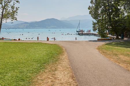 personas banandose: Las personas que se ba�an en el lago Attersee en verano en un d�a soleado