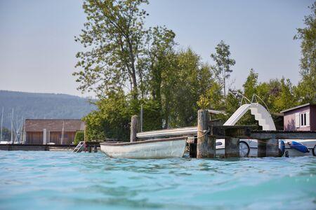 personas banandose: Las personas que se bañan en el lago Attersee en verano en un día soleado