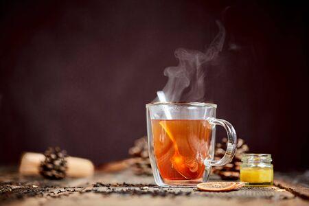 증기와 꿀 나무 테이블에 뜨거운 홍차