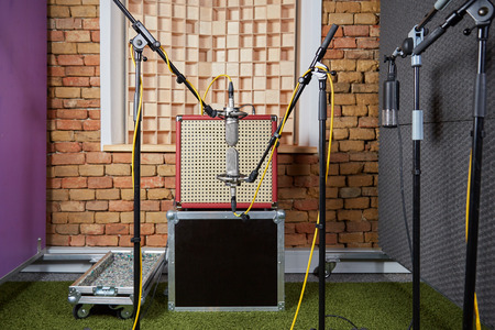 amp: Sound studio recording with a vintage amp and microphones in blumlein orientation