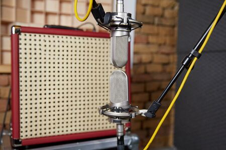 amp: Recording a vintage amp with microphones in blumlein orientation