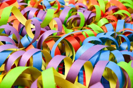 serpentinas: Carnival serpentinas de papel de fondo con colores diferentes Foto de archivo