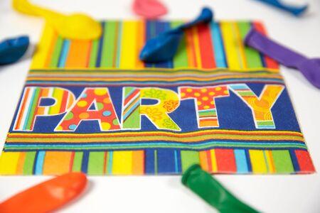 serpentinas: serpentinas carnaval de colores y la servilleta como decoración de fiesta de colores