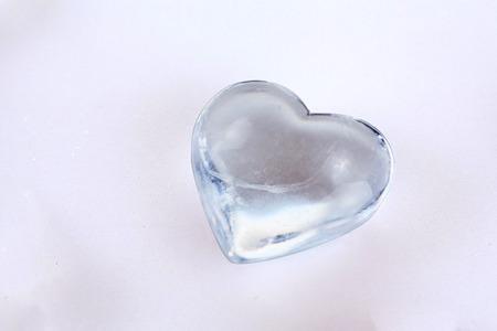 coeur diamant: coeur de diamant transparent isolé sur une table en verre blanc