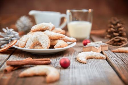 빨간 크리스마스 공 나무 테이블에 바닐라 말 구두 쿠키 스톡 콘텐츠