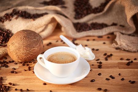 갈색 테이블에 흰색 숟가락에 코코넛 버터 방탄 커피