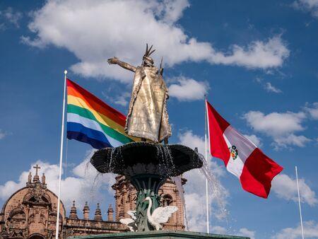 bandera de peru: CUSCO PERU - 14 DE NOVIEMBRE DE 2016: La Catedral Basílica de la Asunción de la Virgen, también conocida como Catedral de Cusco, es la iglesia madre de la Arquidiócesis Católica Romana de Cusco.