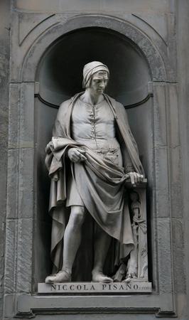 Niccola Pisano statue on the facade of Uffizi gallery Imagens