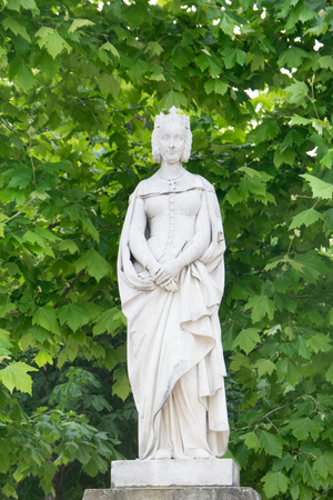 フランス、パリのリュクサンブール公園でプロバンスのマーガレットの像 写真素材