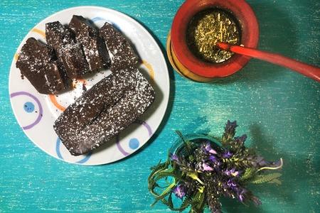 yerba mate: Pastel de chocolate en el desayuno Foto de archivo