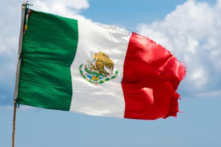 Drapeau du Mexique en agitant à Riviera Maya Banque d'images
