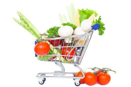 carretilla de mano: aislado coche mini supermercado sobre un fondo blanco. sano concepto de compras de alimentos Foto de archivo