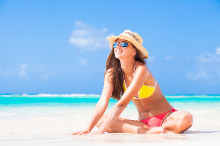 petite fille maillot de bain: longue fille aux cheveux en bikini et un chapeau sur la plage tropicale de la Barbade Banque d'images