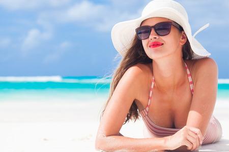 hut: langhaarige Mädchen im Bikini und Strohhut auf tropischen karibischen Strand