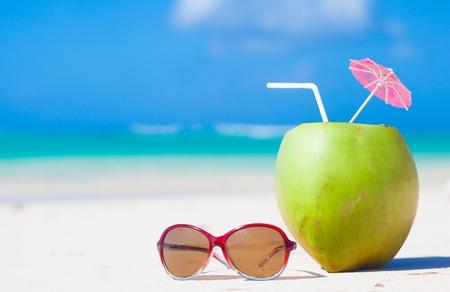 cocotier: distance des plages tropicales et pays. concept de Voyage