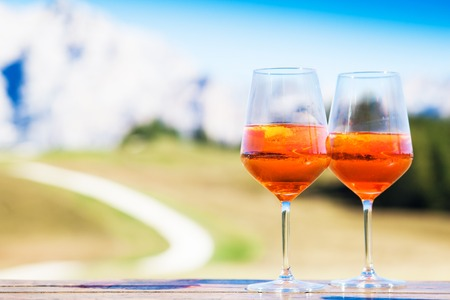 Two glasses of delicious Aperol Spritz cocktail on blurred background Stockfoto