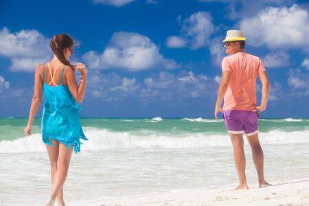 Couple de plage marchant sur la romance de vacances d'été de vacances de lune de miel de voyage romantique. Jeunes amants heureux, Cayo LArgo, Cuba Banque d'images