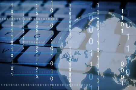 Imágenes digitales de números binarios y un globo con teclado de computadora como fondo  Foto de archivo