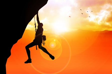 klimmer: Silhouette illustratie van een man figuur opknoping op de klif