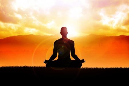 mente: Silueta de una figura de hombre meditando al aire libre