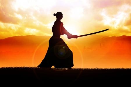 samourai: Silhouette d'un samoura� posant au coucher du soleil