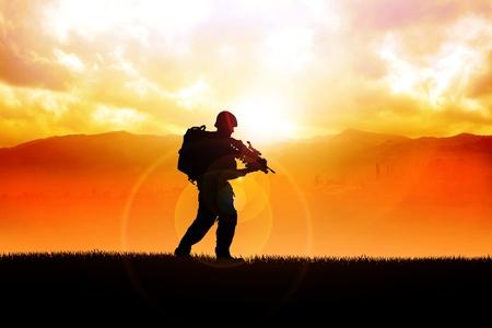silhouette soldat: Illustration silhouette d'un soldat sur le terrain Banque d'images