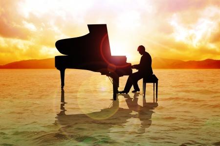 grand piano: Lager Bild von einem Mann Silhouette Klavierspiel auf dem Wasser