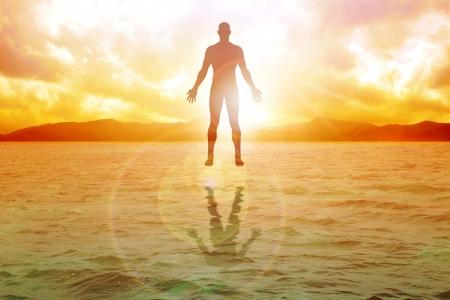 Silhouet illustratie van de menselijke figuur drijvend op het water