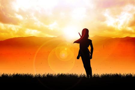 Silhouet van een vrouwelijke figuur met katana zwaard staan ??voor de berg Stockfoto - 27362280