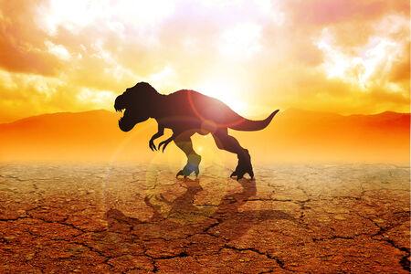 Silueta de un tiranosaurio rex en tierras áridas