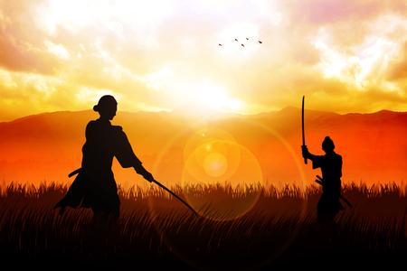 silueta hombre: Dos Samurai en duelo postura frente al otro en el paisaje dramático