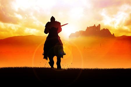 Sylwetka średniowiecznego rycerza na koniu niosąc lancę o dramatycznej sceny Zdjęcie Seryjne