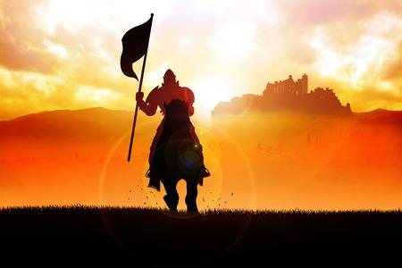 Silhouette di un cavaliere medievale a cavallo portando una bandiera sulla drammatica scena