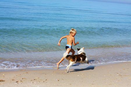perro corriendo: ni�o jugando perro