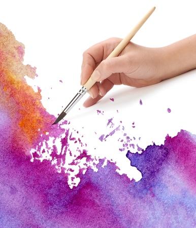 hand met penseel en aquarel verf