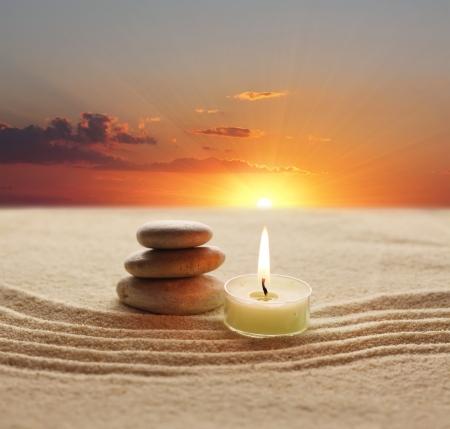 vela: pila de piedras y luz de velas Foto de archivo