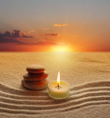 candle: stapel stenen en kaars licht